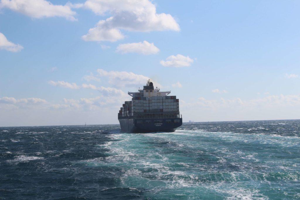 大きな船体