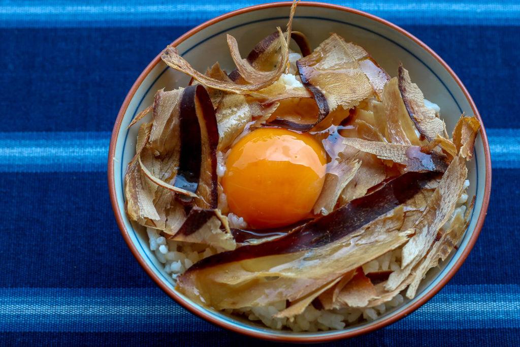 三重県志摩市の特産 かつおの天白 まるてん 食べるかつおぶし卵かけご飯1