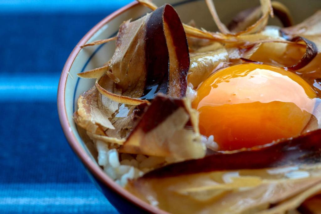 三重県志摩市の特産 かつおの天白 まるてん 食べるかつおぶし卵かけご飯2