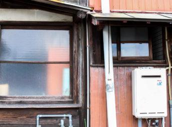 鳥羽なかまち 隙間がない家同士の壁