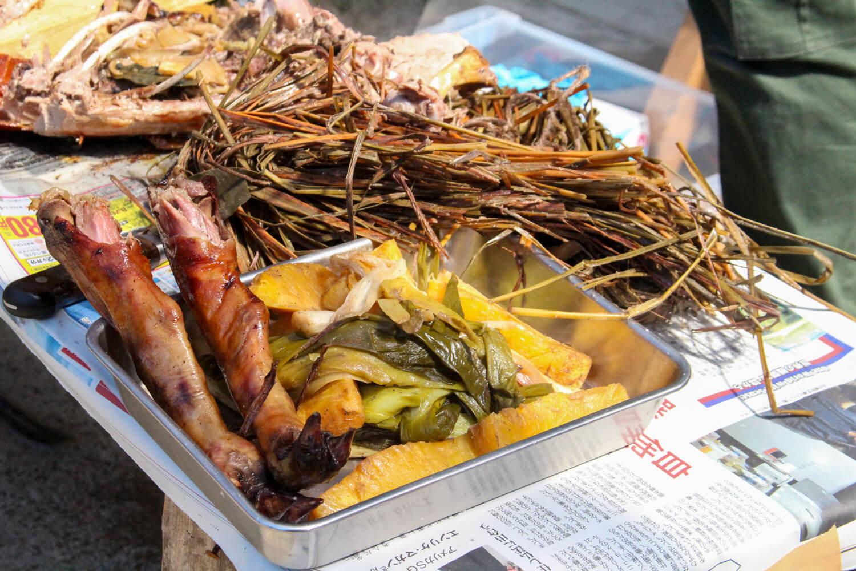 津市ゲストハウスイロンゴ イノシシ丸焼き調理3