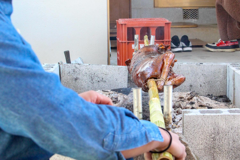 津市ゲストハウスイロンゴ フィリピン料理 イノシシの丸焼き4